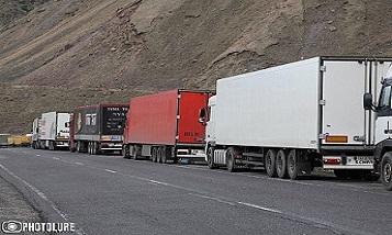 Движение по трассе Степанцминда - Ларс ограничено, в ряде областей Армении идет снег