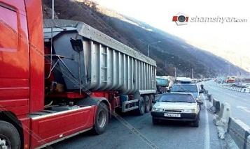 Многокилометровые пробки в Верхнем Ларсе: армянские водители оказались в «заложниках»